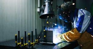 Metalu rozcięcie z acetylenową pochodnią w fabryce zdjęcie stock