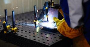 Metalu rozcięcie z acetylenową pochodnią w fabryce obraz royalty free