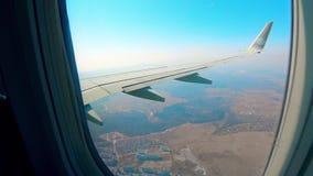 Metalu samolotu skrzydło rusza się podczas gdy samolot lata w niebie zdjęcie wideo