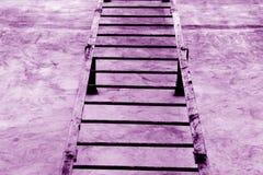 Metalu schody na cement ścianie w purpurach tonuje zdjęcie stock