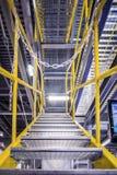 Metalu schody z żółtymi poręczami i metali krokami, Zdjęcia Stock