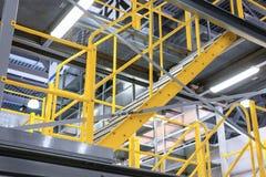 Metalu schody z żółtymi poręczami i metali krokami, Zdjęcia Royalty Free