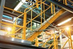 Metalu schody z żółtymi poręczami i metali krokami, Obrazy Stock