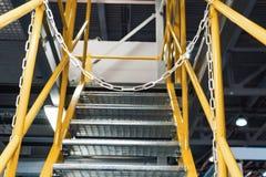 Metalu schody z żółtymi poręczami i metali krokami, Obraz Stock