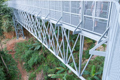 Metalu schody z poręczami prowadzi w dół baldachimu przejście, c Obraz Stock