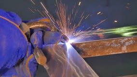 Metalu spaw z iskrami i dymem Pracownik z ochronnej maski spawalniczym metalem Spawacz łączy metal części Proces Obraz Stock