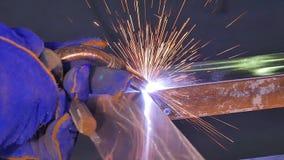 Metalu spaw z iskrami i dymem Pracownik z ochronnej maski spawalniczym metalem Spawacz łączy metal części Proces Fotografia Royalty Free