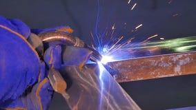 Metalu spaw z iskrami i dymem Pracownik z ochronnej maski spawalniczym metalem Spawacz łączy metal części Proces Zdjęcia Royalty Free