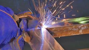 Metalu spaw z iskrami i dymem Pracownik z ochronnej maski spawalniczym metalem Spawacz łączy metal części Proces Obraz Royalty Free