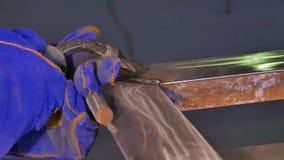 Metalu spaw z iskrami i dymem Pracownik z ochronnej maski spawalniczym metalem Spawacz łączy metal części Proces Obrazy Royalty Free