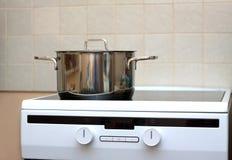 Metalu stalowy rondel na nowożytnej kuchennej elektrycznej kuchence Obrazy Stock