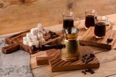 Metalu turek i kawowe fasole na drewnianego tła tureckiej kawie w tradycyjnego embossed metalu turka fotografia stock