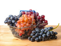 Metalu wózek na zakupy z gałązkami winogrono odizolowywa na białym bac Fotografia Stock