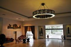 Metalu świecznik z templariusza krzyżem, hotelu Kuluarowym Recepcyjnym biurkiem, religią i historią, Fotografia Royalty Free