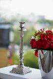 Metalu wysokiej jakości srebny candlestick na zielonym tle z różami, Obraz Royalty Free