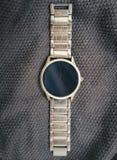 Metalu zegarek na textured tle obrazy royalty free