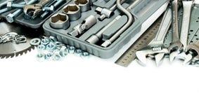 metalwork Boxas, sågen, skruvnyckeln och andra hjälpmedel på arkivfoto