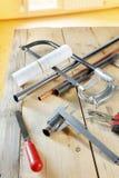 Metalwork narzędzi kłamstwo na drewnianym stole Obrazy Stock