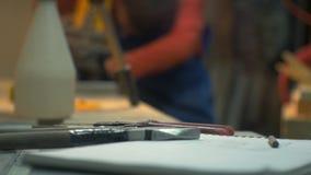 Metalwork narzędzia kłamają zakończenie mężczyzna pracują w warsztacie zdjęcie wideo