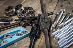 Metalwork narzędzia na warsztata stole Threading umiera i i stuka Zdjęcia Royalty Free