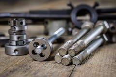 Metalwork narzędzia na warsztata stole Threading umiera i i stuka Obraz Royalty Free