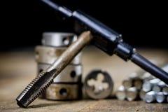 Metalwork narzędzia na warsztata stole Threading umiera i i stuka Fotografia Royalty Free