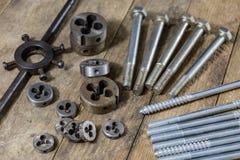 Metalwork narzędzia na warsztata stole Threading umiera i i stuka Zdjęcie Royalty Free