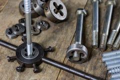 Metalwork narzędzia na warsztata stole Threading umiera i i stuka Obraz Stock