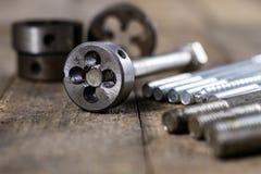 Metalwork narzędzia na warsztata stole Threading umiera i i stuka Obrazy Stock