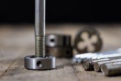 Metalwork narzędzia na warsztata stole Threading umiera i i stuka Zdjęcia Stock
