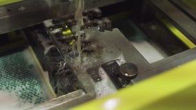 metalwork tråd- eller gnistaerosionprocess av hardmetal bearbeta med maskin med att kyla för vatten Maskingnista för elektrisk ur stock video