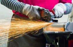 Metalworker szlifierski metal obrazy stock
