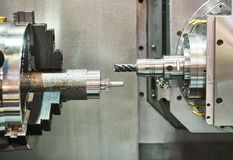 Metalworking mielenia proces na tokarki CNC centrum zdjęcie stock
