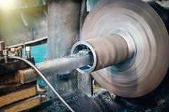 Metalworking przemysł: metal pracuje wewnętrzną stali powierzchnię na tokarskiej ostrzarz maszynie obrazy stock