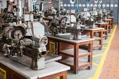 Metalworking przemysł: wykończeniowy metal pracuje na tokarskiej ostrzarz maszynie fotografia stock