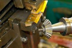 Metalworkingbransch: Branschen av metalworking, genom att klippa, kugghjul-klipp, tillverkning av delar och kugghjul med olja som Royaltyfria Bilder