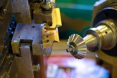 Metalworkingbransch: Branschen av metalworking, genom att klippa, kugghjul-klipp, tillverkning av delar och kugghjul med olja som Royaltyfri Foto