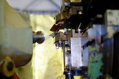 Metalworkingbransch: Branschen av metalworking, genom att klippa, kugghjul-klipp, tillverkning av delar och kugghjul med olja som Arkivfoton
