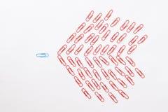 Metapher von einer gegen viele machte von den bunten Papierklammern Stockfotografie