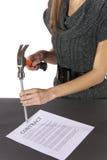 Metaphergeschäftsfrau nagelt Vertragsvereinbarung Stockfotografie