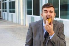 Metaphorisches Bild des missbrauchten Geschäftsmannes bei der Arbeit lizenzfreie stockbilder