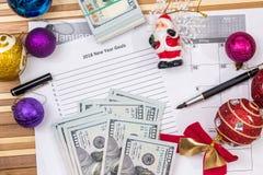 Metas 2018 con el calendario, cristmas touy y dólar del Año Nuevo Imagen de archivo