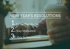 Metas de la resolución del Año Nuevo contra la mano que sostiene la taza de café Imagenes de archivo