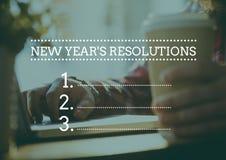 Metas de la resolución del Año Nuevo contra la mano que sostiene la taza de café Fotografía de archivo