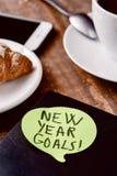 Metas del Año Nuevo de Brekafast, del smartphone y del texto Fotografía de archivo libre de regalías