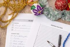 2018 metas del Año Nuevo, hacer la lista con la bola de los cristmas Imagen de archivo