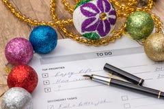 2018 metas del Año Nuevo, hacer la lista con la bola de los cristmas Foto de archivo
