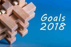 2018 metas en fondo azul y promesas bromista del barin, blancos, meta, sueños y del ` de madera s del Año Nuevo para el próximo a Foto de archivo libre de regalías