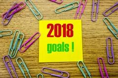 2018 metas en nota pegajosa amarilla, sobre fondo de madera Concepto de las resoluciones del Año Nuevo Fotos de archivo