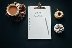 2018 metas enumeran con el lápiz, cacao, cono en fondo negro, a Imagenes de archivo